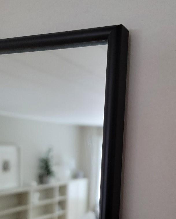 Måttbeställ spegel med en tunn svart ram